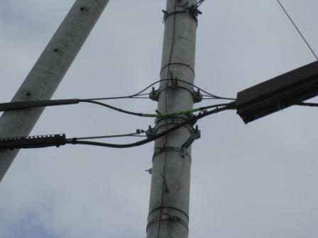 緑のテープを巻いた上のケーブルが「光」