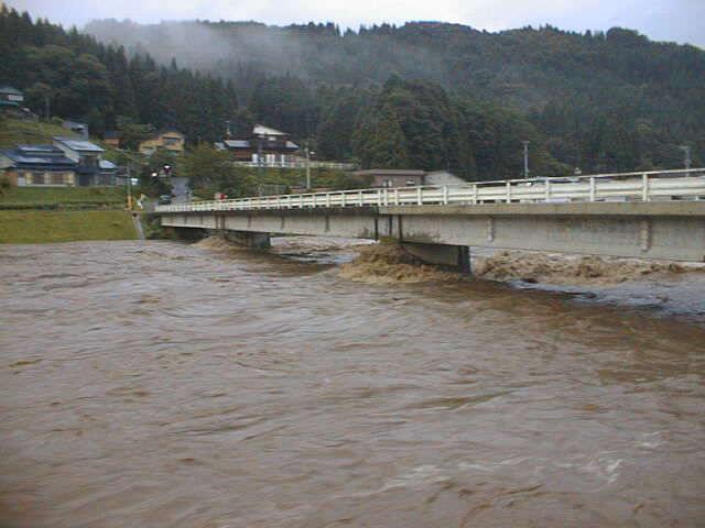季節はずれの雪解けで、大水となった阿仁川