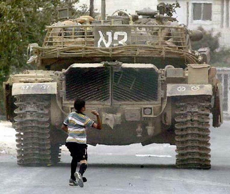 http://www10.plala.or.jp/shosuzki/edit/neareast/intifada.jpg